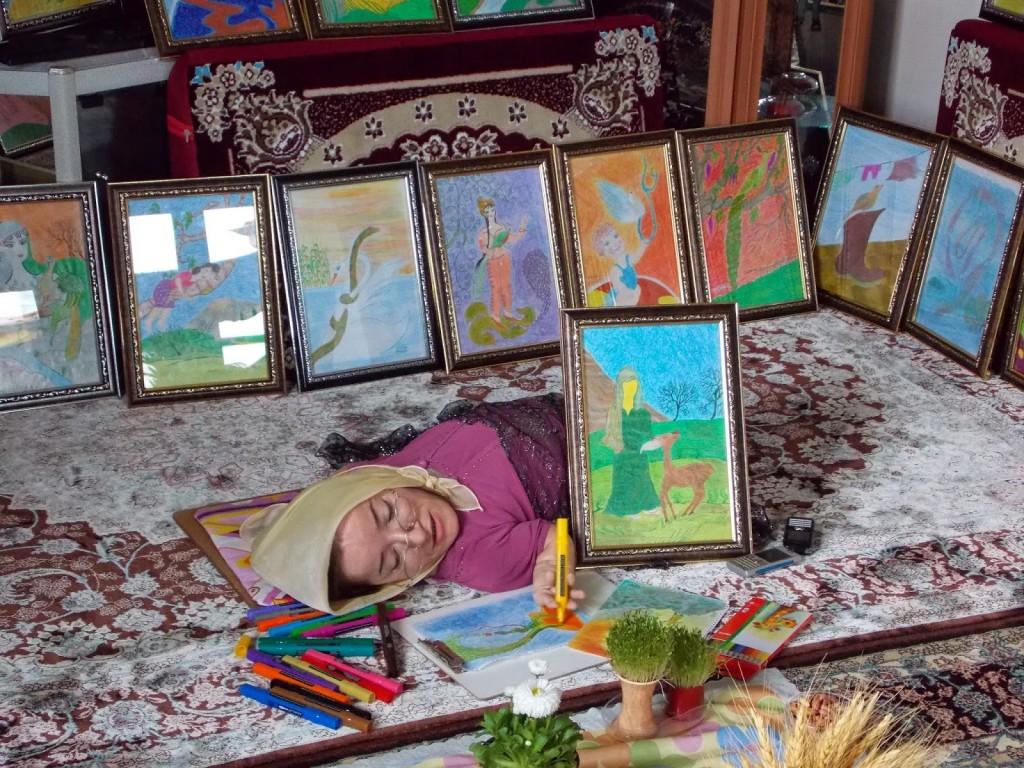 میترا در حال نقاشی